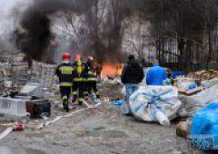 Pożar w składzie makulatury