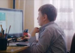 Uczeń ze Szkoły Podstawowej nr 5 w Skarżysku-Kamiennej w ogólnopolskiej reklamie projektu Mistrzowie Kodowania