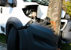 Dostawczy Peugeot wjechał w drzewo