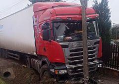 Wypadek samochodu ciężarowego i rozlany olej napędowy