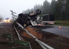 Wypadek samochodu ciężarowego na drodze krajowej S-7