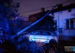 Samochód ściął słup na ulicy Szydłowieckiej - kierowca zbiegł