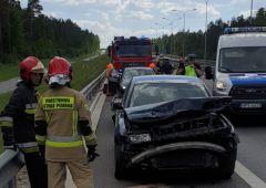 Zderzenie Volkswagena ciągnącego przyczepę typu laweta z barierami energochłonnymi na trasie S7 w Skarżysku-Kamiennej