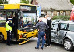 Zderzenie autobusu z osobówką - 2 osoby poszkodowane